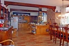 fragment salonu i kuchnia w ekskluzywnej willi na sprzedaż Kwidzyn