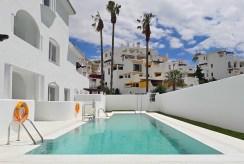 na zdjęciu basen przy luksusowym apartamencie do sprzedaży Hiszpania (Costa del Sol, Malaga)