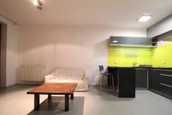 widok na umeblowaną w nowoczesnym stylu kuchnię w ekskluzywnym apartamencie do wynajmu Kraków
