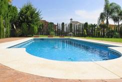 na zdjęciu basen przy luksusowej willi do sprzedaży Hiszpania (Costa del Sol, Malaga)
