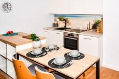 widok na jadalnię w luksusowym apartamencie do sprzedaży nad morzem