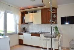 zabudowana komfortowo kuchnia w luksusowej rezydencji do sprzedaźy nad morzem