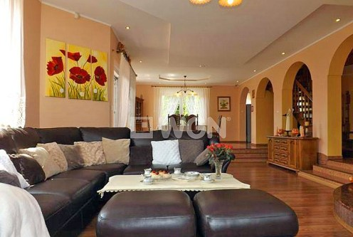 komfortowe i bogato wykończone wnętrze salonu w ekskluzywnej willi na sprzedaż Słupsk (okolice)