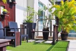 zielony, przestronny taras przy ekskluzywnym apartamencie na sprzedaż Grudziądz