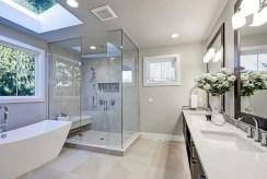 na zdjęciu komfortowa łazienka w ekskluzywnym apartamencie do sprzedaży Grudziądz
