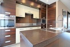 funkcjonalna kuchnia w zabudowie w ekskluzywnym apartamencie na sprzedaż Kraków