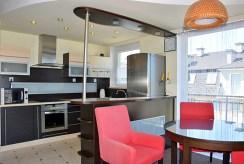 nowoczesna kuchnia w zabudowie w luksusowym apartamencie na wynajem nad morzem