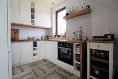 widok na kuchnię w zabudowie znajdującą się w luksusowym apartamencie do sprzedaży Kraków (okolice)