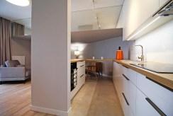 kuchnia w zabudowie znajdująca się w luksusowym apartamencie do sprzedaży Kraków