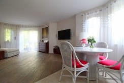 jadalnia na pierwszym planie, w oddali salon w luksusowym apartamencie na sprzedaż Kraków