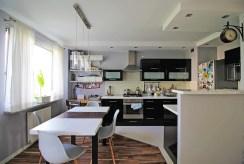 widok na jadalnię oraz aneks kuchenny w luksusowym apartamencie do sprzedaży Kraków