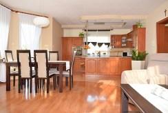 widok z salonu na kuchnię w luksusowej willi na sprzedaż Ostrów Wielkopolski
