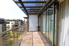 imponujący widok z tarasu na zieleń w luksusowym apartamencie na wynajem Kraków