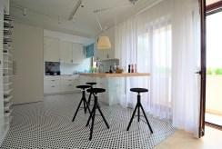 jadalnia i kuchnia w oddali wewnątrz luksusowego apartamentu do sprzedaży Kraków