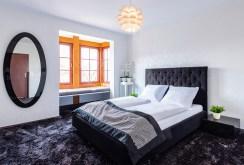 prywatna i elegancka sypialnia w luksusowym apartamencie na sprzedaż nad morzem