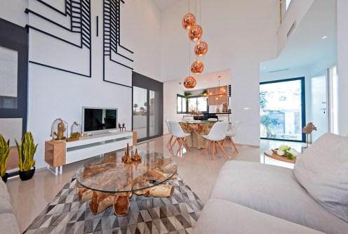 nowoczesne, designerskie wnętrze salonu w ekskluzywnej willi do sprzedaży Hiszpania (Ciudad Quesad)