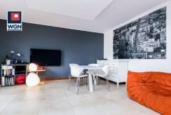 widok z innej perspektywy na luksusowy salon w ekskluzywnym apartamencie na sprzedaż Gdynia