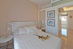 zaciszna sypialnia w luksusowym apartamencie na sprzedaż La Zeni (Hiszpania)