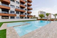 widok na basen w częściach wspólnych przed ekskluzywnym apartamentem do sprzedaży Hiszpania (Guardamar De Segur)