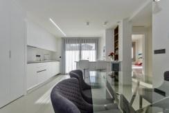 na pierwszym planie jadalnia, w oddali salon ekskluzywnego apartamentu do sprzedaży Hiszpania (Torreviej)