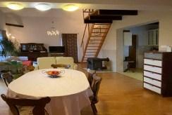 widok od strony jadalni na 2-poziomowy układ pomieszczeń w luksusowej willi na sprzedaż Gdańsk (okolice)