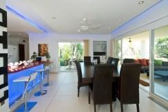 po prawej jadalnia, po lewej kuchnia w luksusowej willi na sprzedaż Hiszpania (Costa del Sol, Malaga)