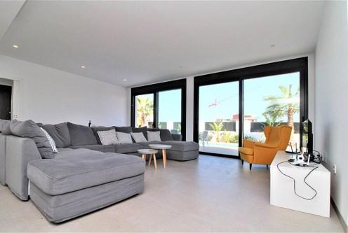 komfortowy i przestronny salon w luksusowej willi na sprzedaż Hiszpania (Santiago De La Riber)