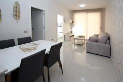 fragment jadalni i salonu w luksusowym apartamencie do sprzedaży Hiszpania (Torreviej)