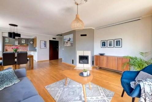 stylowy salon z kominkiem w ekskluzywnym apartamencie do sprzedaży Gdynia