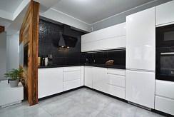 widok na zabudowaną kuchnię w luksusowym apartamencie na sprzedaż