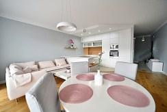 na pierwszym planie jadalnia w luksusowym apartamencie do wynajmu Bolesławiec