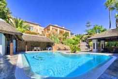 na pierwszym planie basen przy luksusowej willi na sprzedaż Hiszpania (Costa del Sol, Marbella)