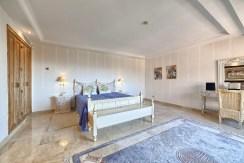 elegancka sypialnia w luksusowym apartamencie na sprzedaż Hiszpania