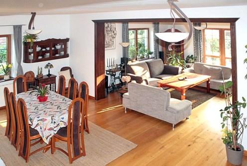 widok z górnej kondygnacji na prestiżowy salon w luksusowej willi na sprzedaż Gdańsk (okolice)