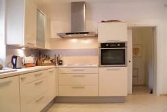 kuchnia w ciekawej zabudowie w luksusowej willi do sprzedaży Szczecin (okolice)