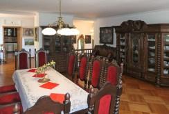 na pierwszym planie jadalnia, w oddali salon w luksusowej willi na sprzedaż Sopot