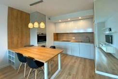 widok na jadalnię i aneks kuchenny w luksusowym apartamencie do wynajmu Szczecin