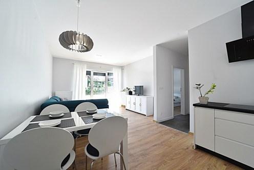 utrzymane w jasnych kolorach wnętrze ekskluzywnego apartamentu do wynajęcia Bolesławiec