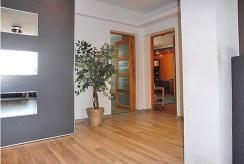 funkcjonalny przedpokój w luksusowym apartamencie do sprzedaży Mazury