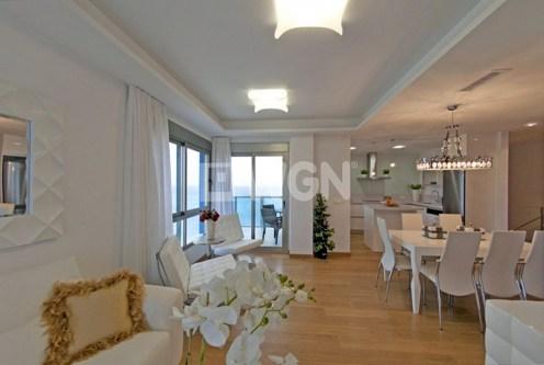 stylowo zaaranżowane wnętrze ekskluzywnego salonu w luksusowym apartamencie do sprzedaży Hiszpania