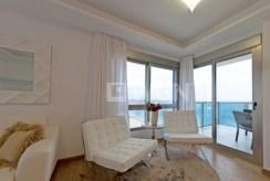 na zdjęciu imponujący salon i za nim taras oraz pokój dzienny w ekskluzywnym apartamencie do sprzedaży Hiszpania