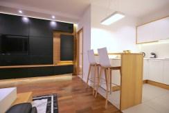 po lewej salon, po prawej kuchnia w luksusowym apartamencie na wynajem Szczecin