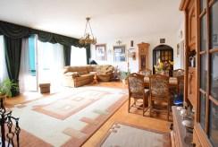 widok na drogą stronę salonu w luksusowej willi na sprzedaż Suwałki