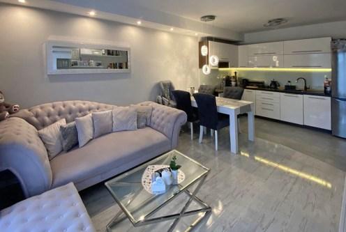 widok z salonu na aneks kuchenny w ekskluzywnym apartamencie do sprzedaży Szczecin