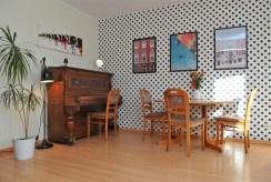 jedno z komfortowych pomieszczeń z pianinem w luksusowym apartamencie do sprzedaży Szczecin