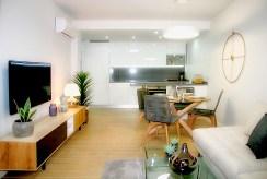 widok z salonu an anaeks kuchenny w luksusowym apartamencie na sprzedaż Hiszpania (Orihuela Costa, Villamartin)