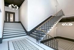 zadbana klatka schodowa prowadząca do luksusowego apartamentu na sprzedaż Kalisz