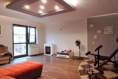 druga strona salonu w luksusowym apartamencie do wynajmu Legnica (okolice)