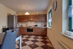 widok z salonu na aneks kuchenny w ekskluzywnym apartamencie na wynajem Legnica (okolice)