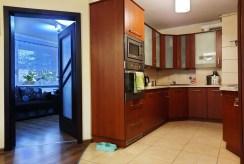 kuchnia a także wejście do salonu w luksusowym apartamencie do sprzedaży Nowogard